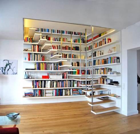 Cầu thang được sắp xếp ngay trong tủ sách